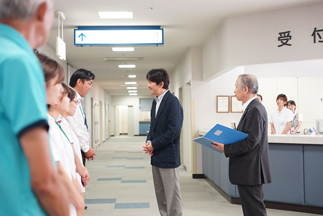 被災した広島病院職員にお声をかけられる秋篠宮殿下