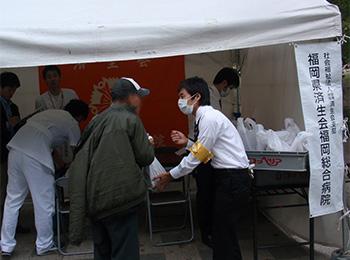公園でホームレスにインフル予防接種(福岡総合病院)
