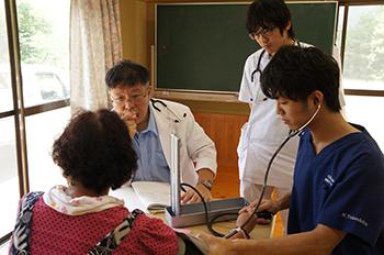 大都市からの研修医も同行し、無医地区巡回診療