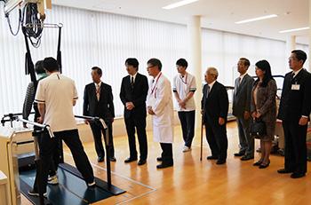 病院での歩行リハビリをご覧になる秋篠宮殿下