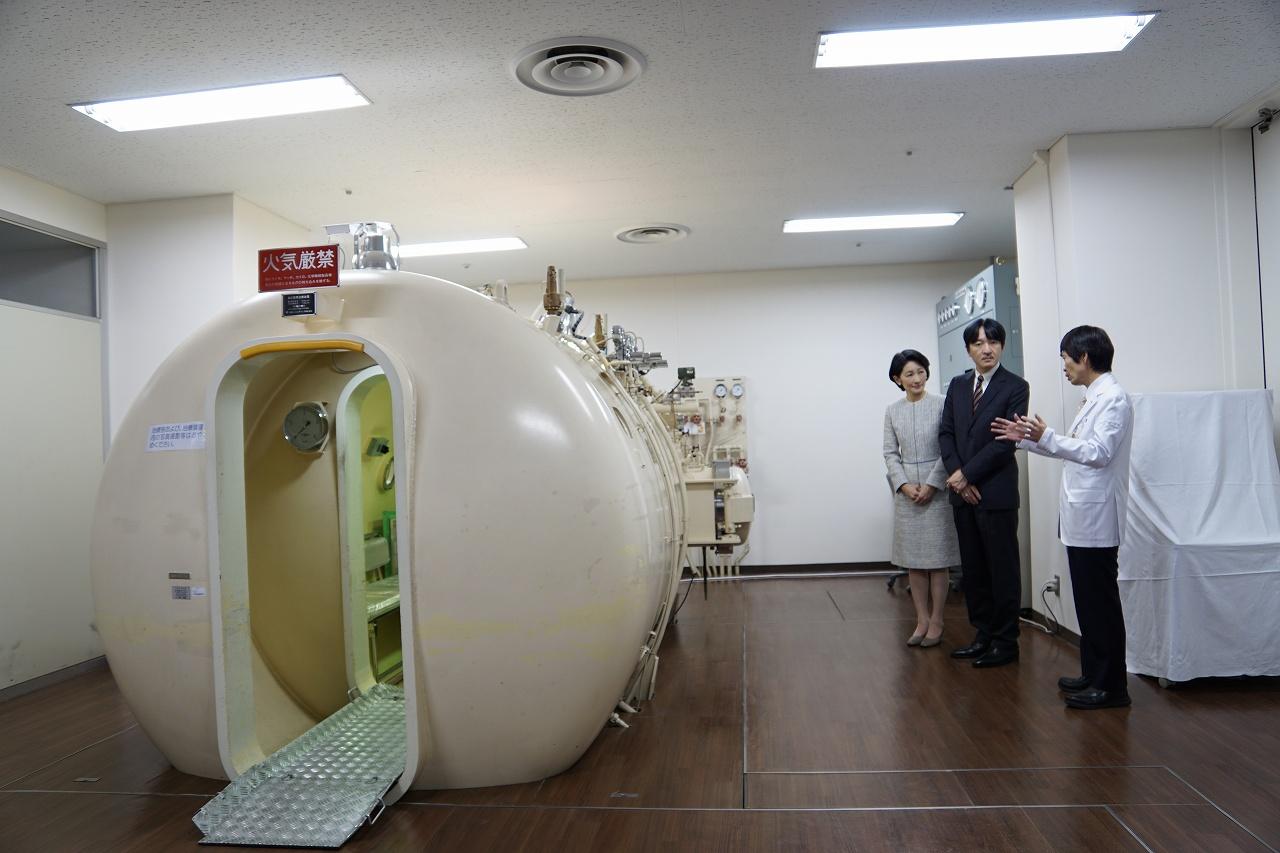 高気圧酸素治療装置をご覧になる秋篠宮同妃両殿下