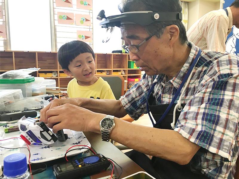 おもちゃドクターが院内保育所で治療