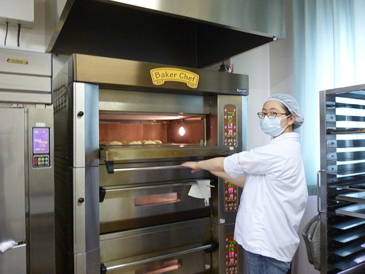 「ふくろうの杜」の利用者が、手作りパンで支援