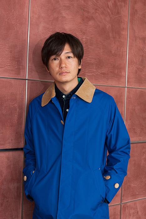 ブルーのアウターを着た井浦新のかっこいい画像